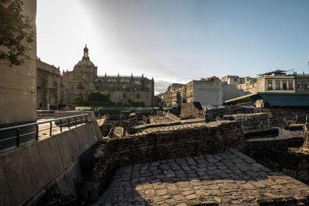배경 - 멕시코 시티, 멕시코 메트로 폴 리 탄 대성당의 돔과 함께 Tenochtitlan의 파 멸에 아즈텍 사원 (Templo 시장) 스톡 콘텐츠