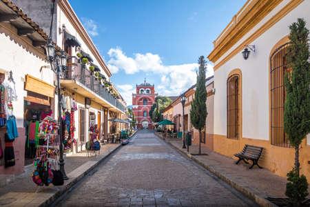 보행자 거리 및 Del Carmen 아치 탑 (Arco Torre del Carmen) - 멕시코, 치아파스의 San Cristobal de las Casas 스톡 콘텐츠