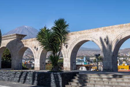 Yanahuara 플라자의 아치와 배경에 Misti 화산 - 아치에 작성된이 도시의 유명한 사람들 - 아레 키파, 페루의 따옴표