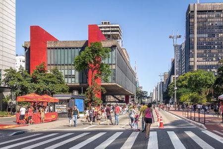 Avenida Paulista fechada para carros no domingo e MASP (Museu de Arte de São Paulo) - São Paulo, Brasil