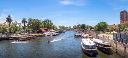 Panoramablick auf Boote am Tigre River - Tigre, Buenos Aires, Argentinien