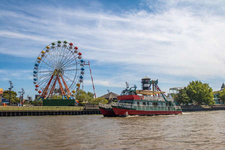 Ferris Wheel, amusement park and ferry boat in Lujan River - Tigre, Buenos Aires, Argentina Foto de archivo