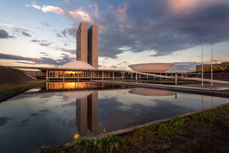 Brasilianischer Nationalkongress bei Sonnenuntergang - Brasilia, Distrito Federal, Brasilien Editorial