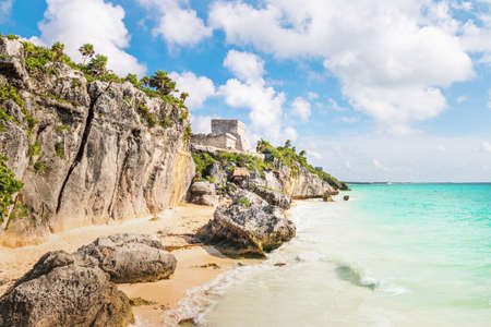 El Castillo and Caribbean beach - Mayan Ruins of Tulum, Mexico Imagens
