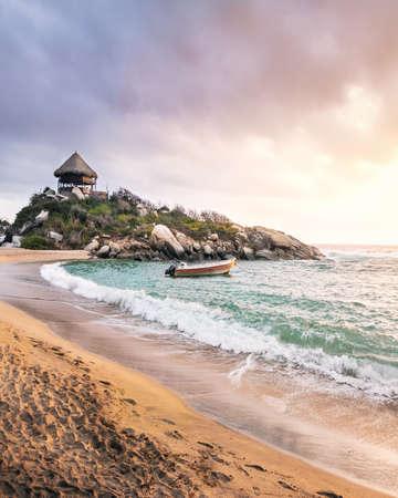 Tropischer Strand bei Sonnenaufgang in Cape San Juan - Tayrona Nationalpark, Kolumbien