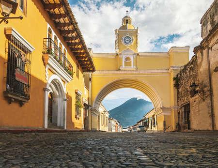 Arco di Santa Catalina e vulcano Agua - Antigua, Guatemala