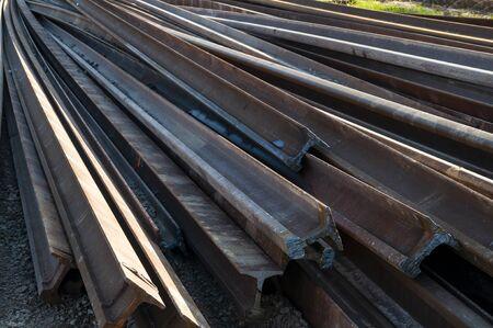 Nahaufnahme der Schienen, die bereit sind, auf der Eisenbahn montiert zu werden. Bahnwartungsarbeiten Standard-Bild
