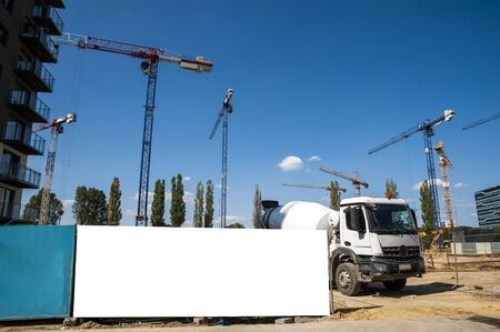 Blank white banner for advertisement on a fence of a construction site Foto de archivo