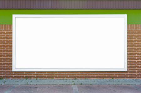 Panneau d'affichage vierge monté sur le mur de briques. Banque d'images