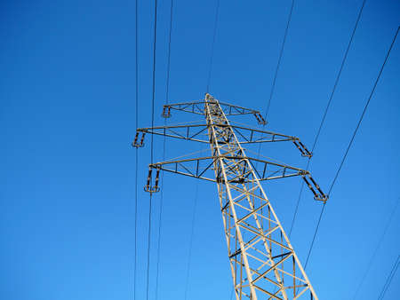A High Voltage Power Pylon Against a Bright Blue Sky in the Countryside Imagens