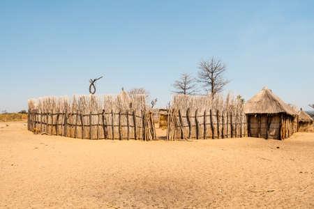 Mafwe Kraal, ein traditionelles Gehöft der Ureinwohner in Namibia mit Holzzaun und Hütten Standard-Bild