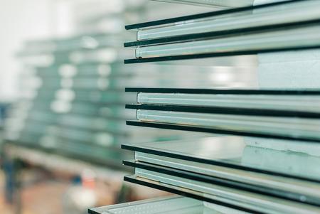 vidrio: Hojas de fabricaci�n F�brica templado Paneles de vidrio flotado claro cortado a la medida Foto de archivo