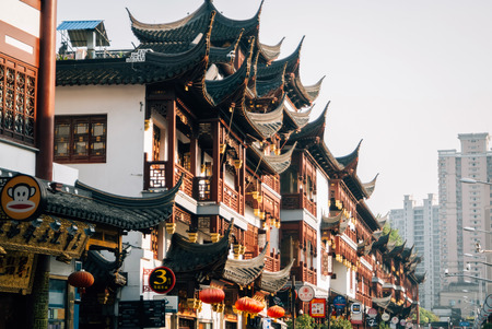Shanghais famous traditional architecture. Traditional shopping area in Shanghai 新聞圖片