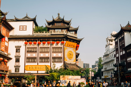 Tourists in the Shanghai Old Town and classical Chinese buildings 新聞圖片