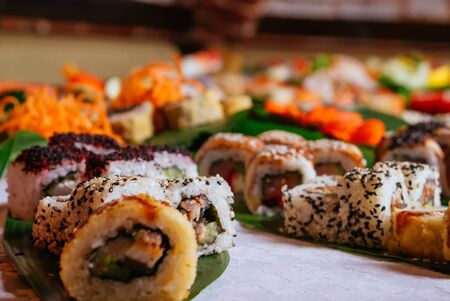 Many Different Types of Maki Sushi and Nigiri Served on Green Leaves. 版權商用圖片