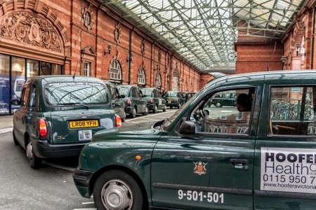 ノッティンガムイギリス - 2010 年 9 月 29 日: 2013 年の改修前にノッティンガム駅で運賃を待っているタクシー
