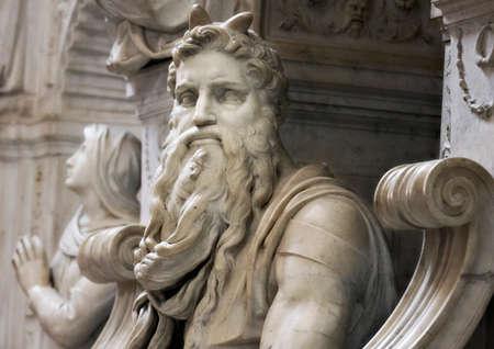 Rom, Italien - 20. Juni 2011: Berühmte Skulptur des Moses von Michelangelo, Teil des Grabes von Papst Julius II., befindet sich in San Pietro in Vincoli (St. Peter in Ketten)