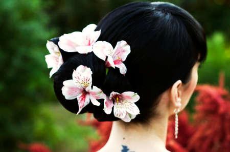 černé vlasy: svatební účes na černé vlasy s květinami Reklamní fotografie