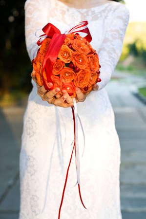 rosas naranjas: novia con un ramo de rosas de color naranja Foto de archivo