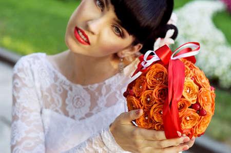 rosas naranjas: hermosa novia con un buquet de rosas naranjas Foto de archivo