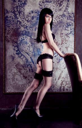 bas r�sille: Jeune femme caucasien posant dans les sous-v�tements et bas r�sille noirs avec des bretelles Banque d'images