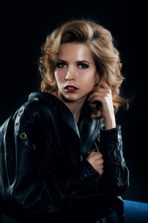 cabello rubio: Retrato del estudio de la mujer rubia en estilo jacket.Rock motociclista de cuero.