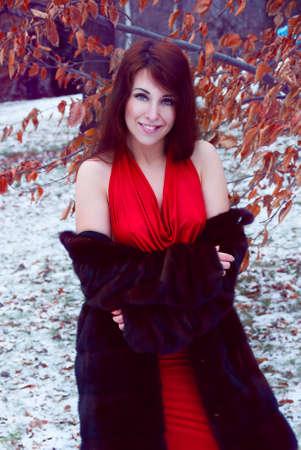 manteau de fourrure: Portrait d'hiver en plein air de sourire belle femme rousse en manteau de fourrure