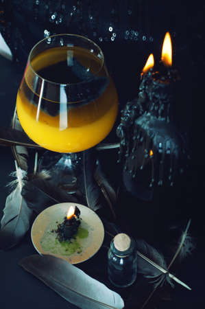 pocima: Preparaci�n poci�n m�gica. Bebidas de Halloween.