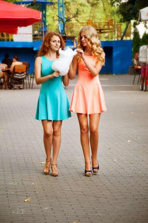 algodon de azucar: Dos amigas comiendo algod�n de az�car. Las actividades de verano.