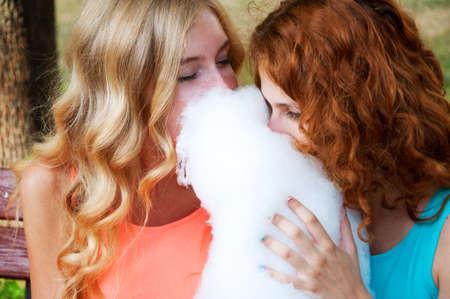 cotton candy: Dos amigas comiendo algod�n de az�car. Las actividades de verano.