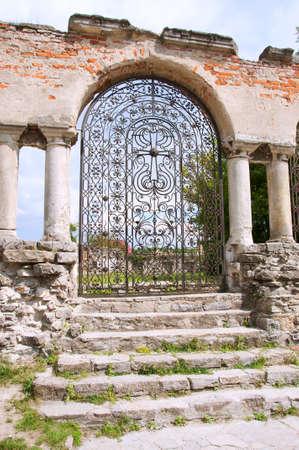 Ruinen einer alten armenischen Kirche. Der Haupteingang mit schmiedeeisernes Tor mit Cross-Design.