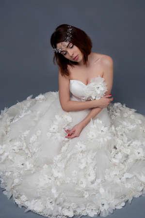 ojos marrones: Mujer linda con los ojos marrones con un vestido sin tirantes de la boda y casco de cristal