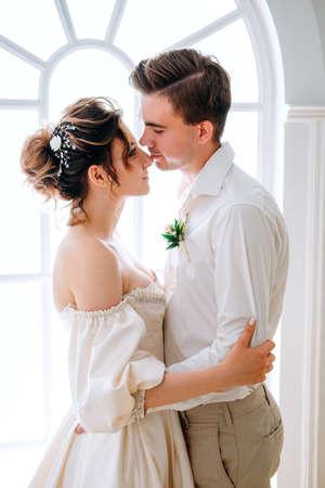Paar frisch verheiratete sich bereit für die Hochzeit. Braut- und Bräutigamkonzept. Standard-Bild