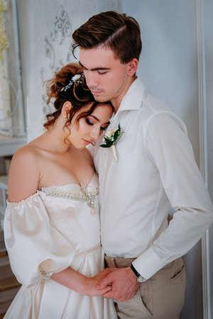 Hübsches junges Paar gekleidet für den Anlass. Romantische Szene zwischen zwei Liebenden.