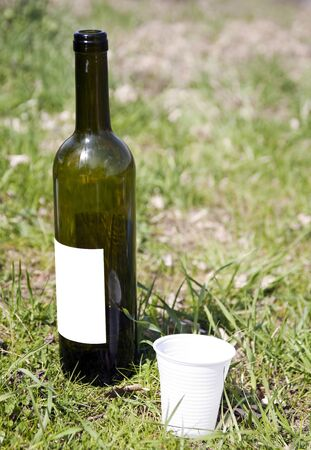 crisol: botella de vino en la hierba con crisol
