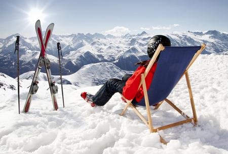 Vrouwen bij bergen in de winter ligt op de ligstoelen, Frankrijk hoge bergen