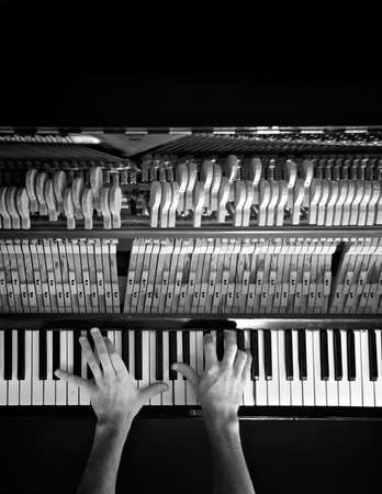 pianista: manos pianista en un teclado de piano antiguo en blanco y negro