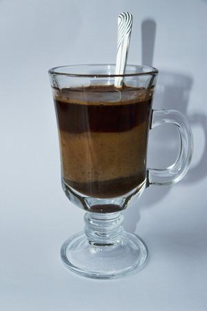 Káva s mlékem ve sklenici