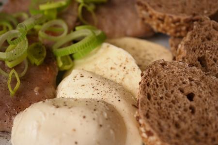 smažené vepřové plátky bagety a mozzarellou na tmavém pozadí Reklamní fotografie