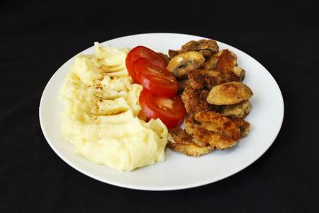 žampiony smažené bramborové kaše bílý talíř Reklamní fotografie