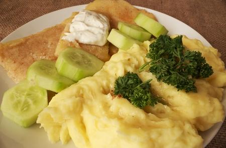 šťouchané brambory smažený sýr tatarská omáčka detail