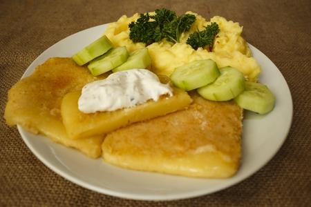 šťouchané brambory smažený sýr tatarská omáčka pohled