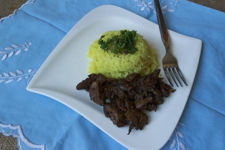 higado de pollo: curry de arroz de hígado de pollo en un fondo azul claro