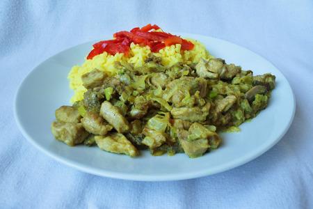 Čína vepřové maso a kari rýží světlé pozadí