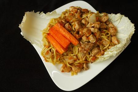 Čínské nudle kuřecí maso s výhledem na zeleninu Reklamní fotografie