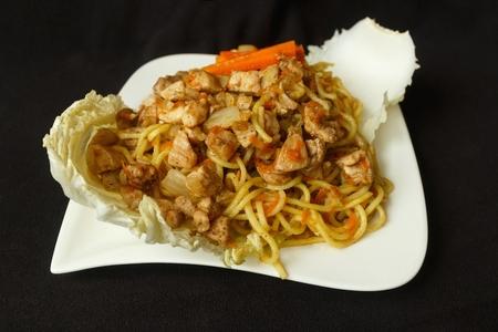 Čínské nudle kuřecí maso se zeleninou