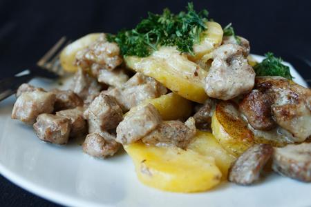 Pečené brambory vepřové maso se smetanou