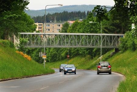 Přijata 28.května 2016 Jablonec nad Nisou Česká republika lávka přes hlavní silnici v pozadí přírody a panelových domů Reklamní fotografie - 57381112