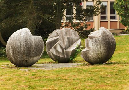 Přijata 28.května 2016 Jablonec nad Nisou Česká republika socha se nachází na hlavní ulici na pozadí keřů a budovy Reklamní fotografie - 57381113