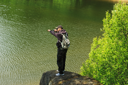 Muž na skále nad vodou